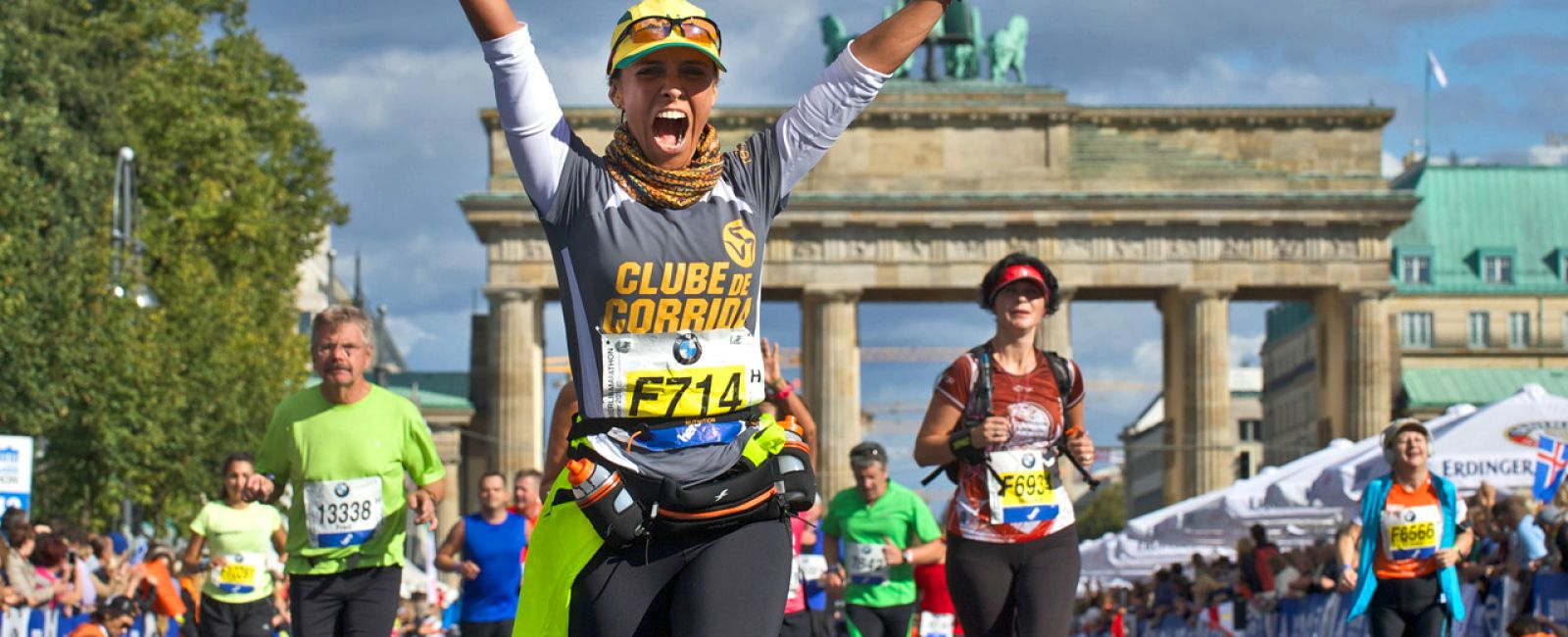 Foto: Marathonläuferin vor dem Brandenburger Tor in Berlin